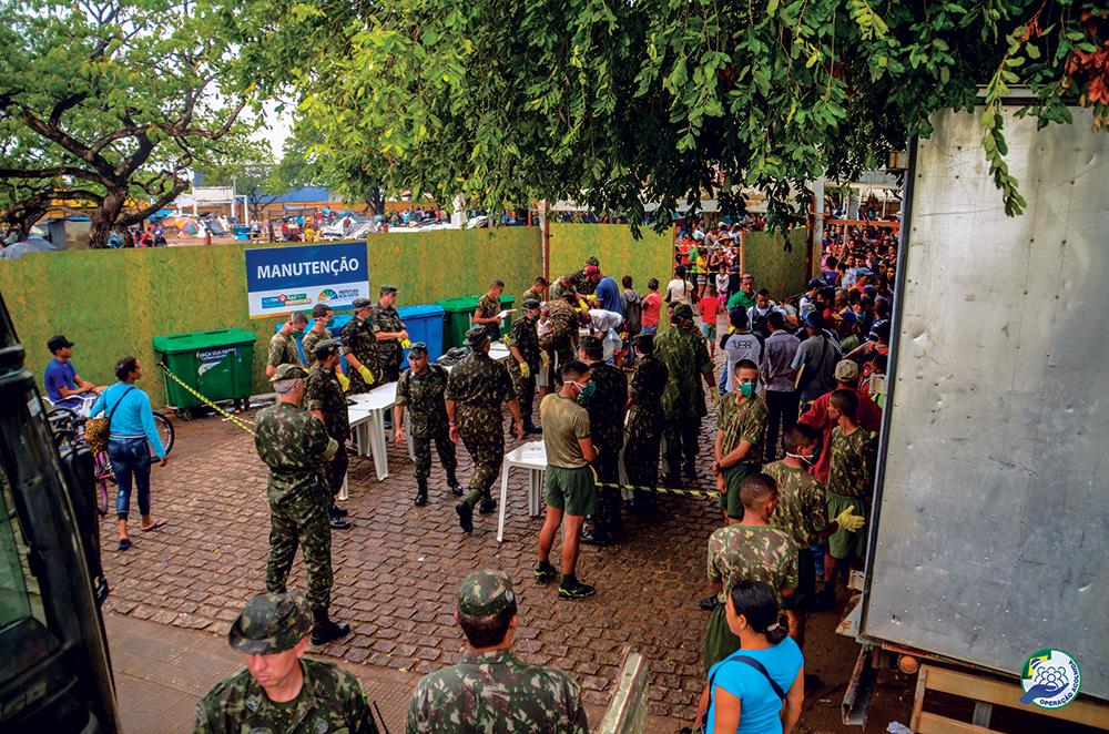 Como parte da Operação Acolhida, militares do Exército Brasileiro realizam o processamento de migrantes venezuelanos após transportá-los de ônibus de Pacaraima até Boa Vista, em Roraima, 24 Abr 18. (Foto cedida pela Força-Tarefa Logística Humanitária Roraima)