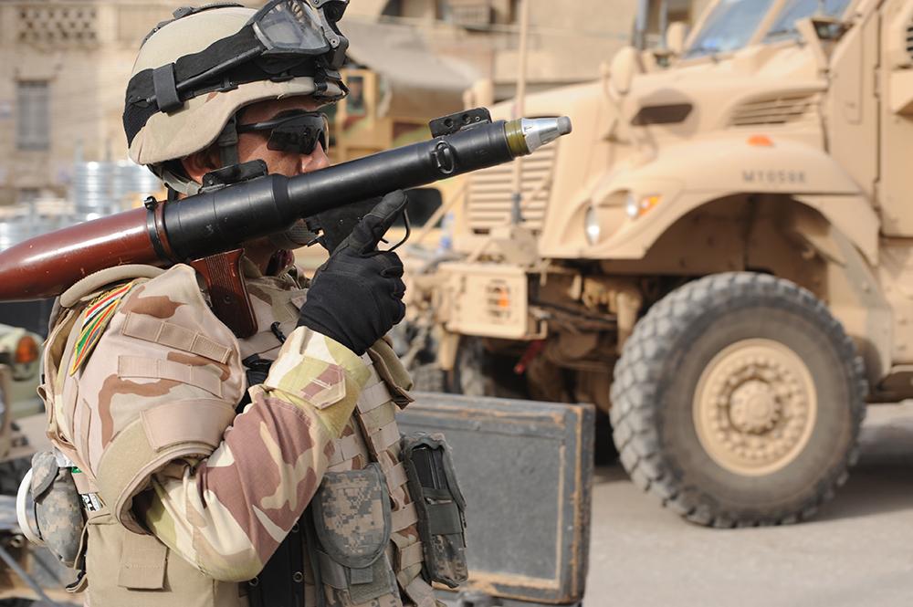 En el barrio de Al-Fadhel en el este de Bagdad, un soldado iraquí proporciona seguridad con una lanzacohetes durante una conferencia de prensa realizada tras una batalla reciente, el 29 de marzo de 2009. (Ejército de EUA, Sgto. James Selesnick)
