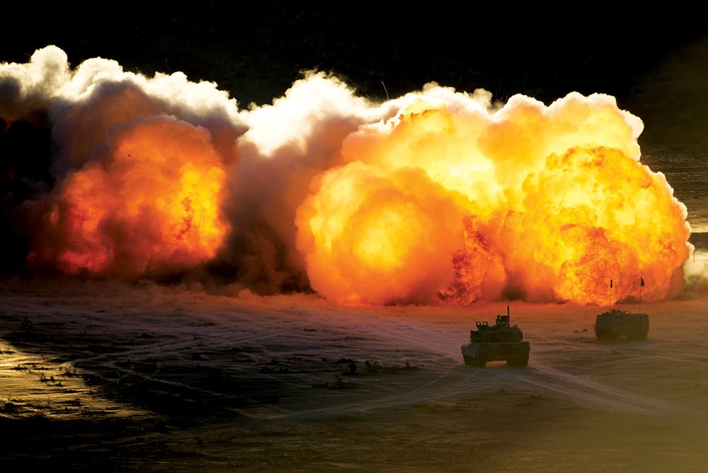 Militares da Guarda Nacional do Estado de Arkansas com a 1036a Companhia de Engenharia de Jonesboro, Arkansas, detonam um sistema de carga linear de abertura de brecha M58 no National Training Center, em Fort Irwin, Califórnia, 16 Aug 15. (Foto do Maj W. Chris Clyne, 115<sup>o</sup> D Com Soc Mv)